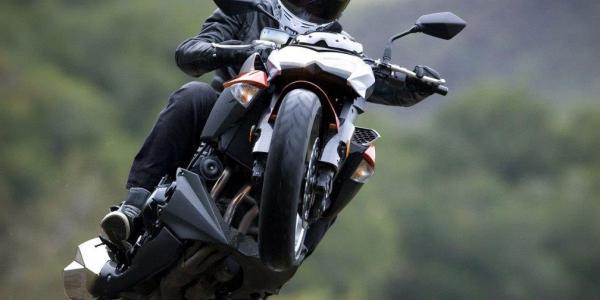 Допонтовался: в Кременчуге мотоциклист хотел встать на дыбы и создал ДТП