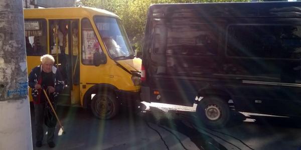 Возле остановки «ДК КрАЗ» столкнулись маршрутка и грузовой микроавтобус