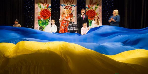 Бучинская и Петраш в Кременчуге: дети на сцене пели со звездами, а в зале развернули огромный флаг Украины
