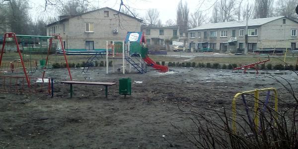 В Кременчуге к новым детским площадкам добраться нелегко – мешают старые