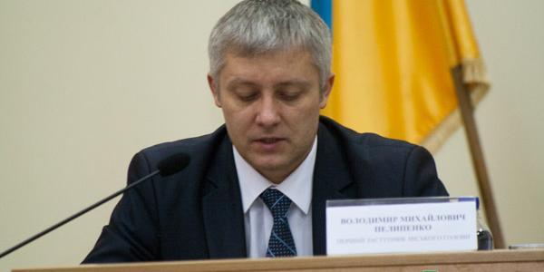 Первый вице-мэр Пелипенко боится говорить с журналистами, а еще и плохо читает