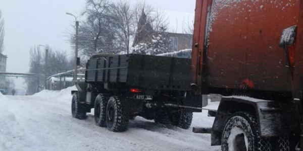 В Кременчуге спасатели откапывают грузовики