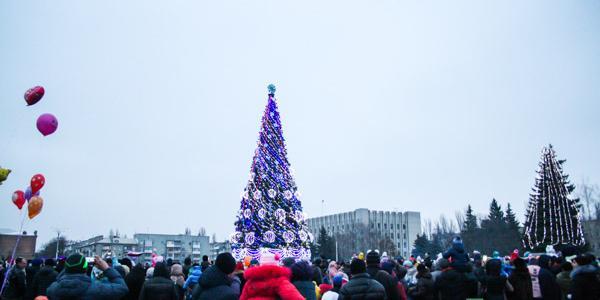 Вместе с открытием елки на площади Победы открылся и Рождественский городок, в котором заработала ярмарка.