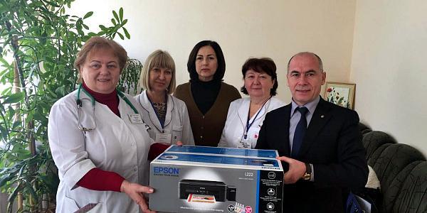 Хоменко с Куринько вручили женской консультации ЦРБ цветной принтер