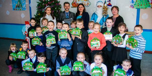 Малышам – конфеты, школе – радиосистему: нардеп Жеваго поздравил школьников Молодежного с Новым годом
