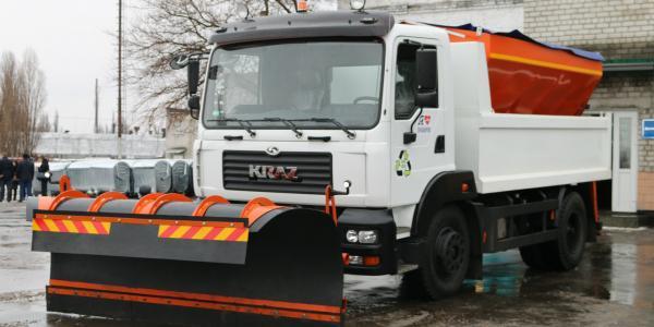 Кременчугские коммунальщики получили от КрАЗа новую спецмашину для содержания дорог