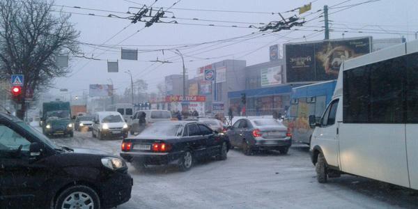 Из-за скопления машин на Крюковском мосту пробиться через дорожный Армагеддон не смогла даже скорая помощь.