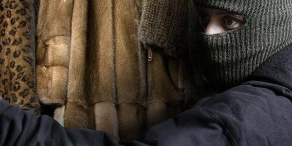 Двое мужчин похитили из магазина более 50 женских шуб