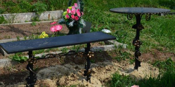 Кременчужанин унес с крюковського кладбища три лавочки и металлический стол