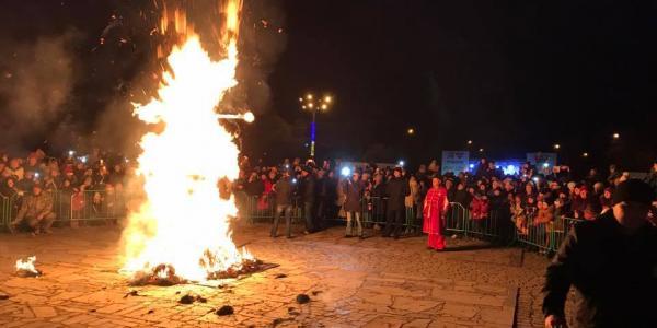 Попрощаться с зимой собрались и взрослые, и дети, которые стали свидетелями сожжения чучела Марены
