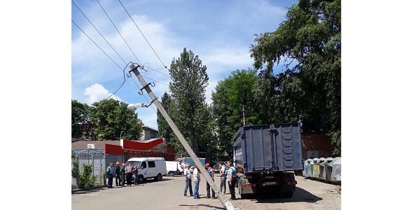 МАЗ сбил электроопору по пер. Льва Толстого