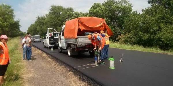 Дорожники показали як перевіряють якість укладеного асфальтобетону на дорогах Полтавщини