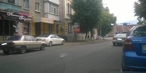 В Кременчуге Mercedes перекрыл тротуар