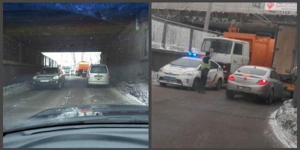 Под ж/д мостом на Занасыпь – затруднено движение