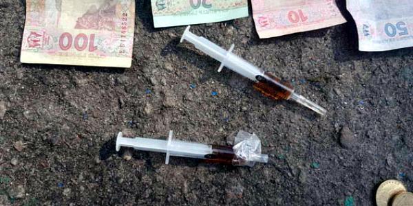 В центре Кременчуга наркоторговца задержали с поличным