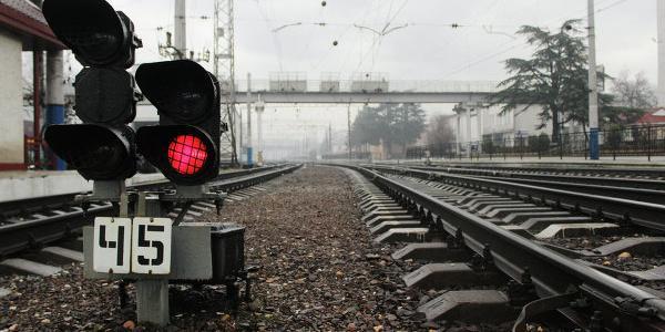 Электропоезд сбил насмерть молодого человека