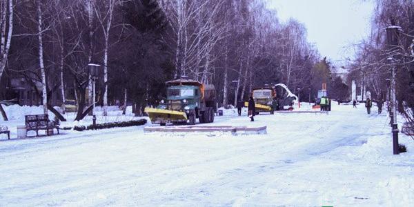 С утра коммунальщики вывозят снег с бульвара Пушкина