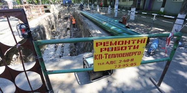В Кременчуге возле Второй больницы меняют трубы теплотрассы.