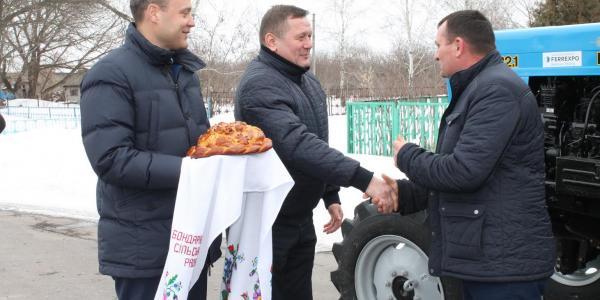 Белановский ГОК подарил трактор для нужд Бондаривского сельского совета
