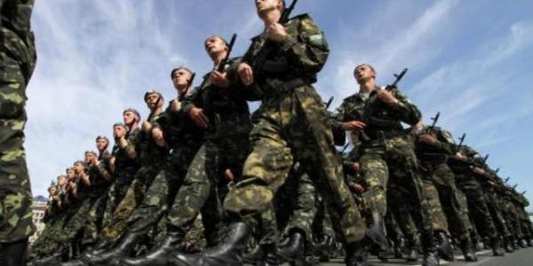 В Кременчуці цивільних запрошують іти у військові.