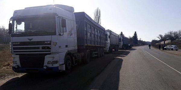 Кременчугские полицейские задержали сразу пять грузовиков со львовским мусором