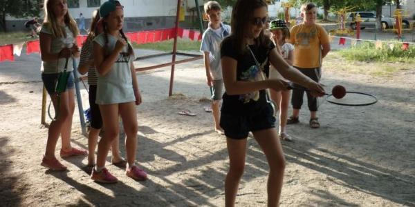 Літні розваги проводяться педагогами дитячо-юнацьких клубів у різних районах міста відповідно до графіка розкладу.
