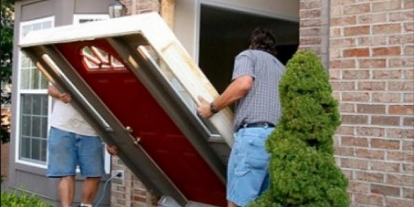 Кременчугские воры не мелочатся: выносят вещи вместе с дверями