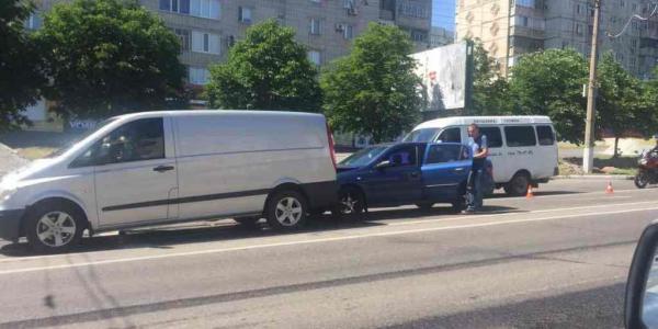 На проспекті Свободиміж зупинками Водоканалу та Елекстростанції зіштовхнулися «Mercedes-Benz Vito» та «Opel Astra».