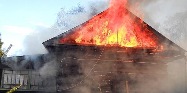 Вогнем пошкоджено шиферну покрівлю та дерев'яне перекриття приватного будинку.