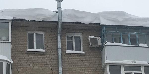 Увага! У Кременчуці з дахів звисають снігові лавини