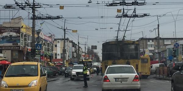 У центрі Кременчука досі немає світла: на допомогу прийшли патрульні і електрогенератори