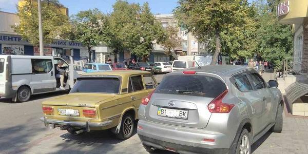 А мне все по-фиг: кременчугский автохам перегородил тротуар возле Центрального ринка