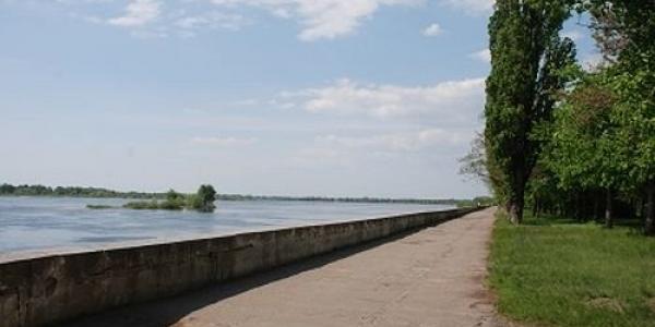 До конца года набережную Днепра в Приднепровском парке планируют всю уложить тротуарной плиткой