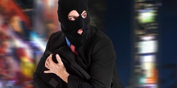 Після того, як зловмисника помітили, він кинув кошти та зник у невідомому напрямку.
