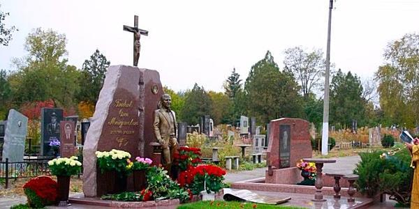 Три года без градоначальника: на Новореевском кладбище прошла панихида по убитому народному мэру Олегу Бабаеву