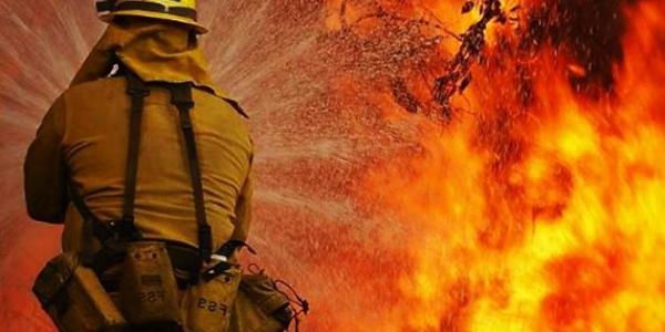 Вогонь перекинувся на будинок від пожежі сухої трави на відкритій території.