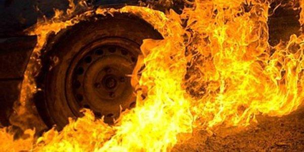 Автівки горять: постраждали вантажна та легкова машини