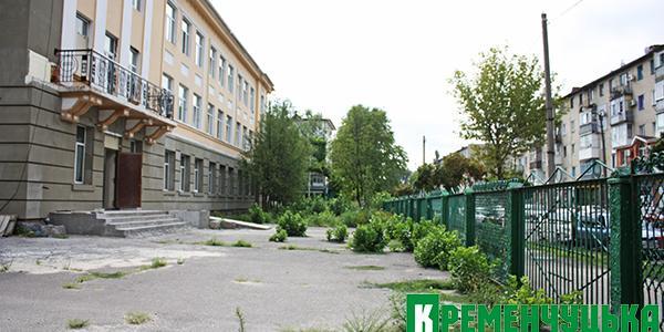 Возле будущего здания Кременчугского Центра админуслуг деревья спилили – кабель порвали