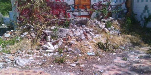 Навіть після подальших запитів та скарг від громадських активістів, ситуація зі сміттям на Першотравневій 2-Бне змінилася, зауваження на орендаря не подіяли, договір лишився на тому ж місці.