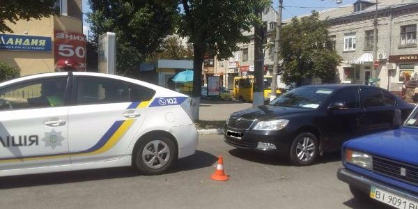 На перекрестке улиц Игоря Сердюка и Небесной Сотни Skoda «догнала» авто патрульных