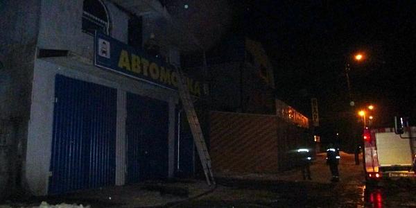 Кременчуцькі рятувальники майже три години гасили пожежу на автомийці