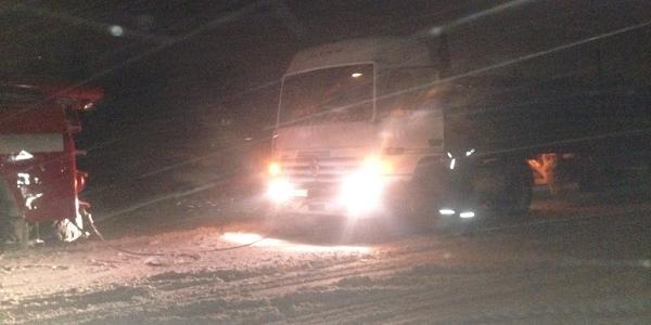 Кременчуцькі рятувальники вже понад добу визволяють вантажівки із сніжного полону