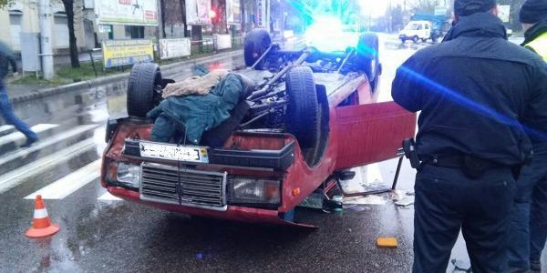 У центрі Кременчука перекинувся автомобіль ВАЗ: є постраждалий