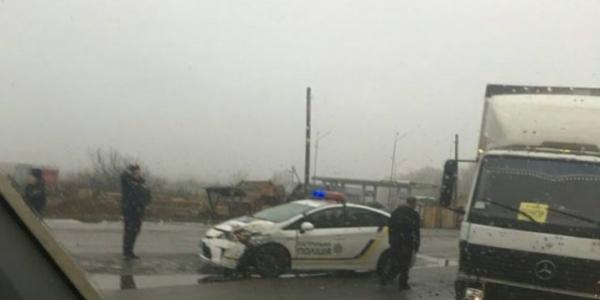 Автомобіль патрульної поліції зіштовхнувся з вантажним Mercedes`ом