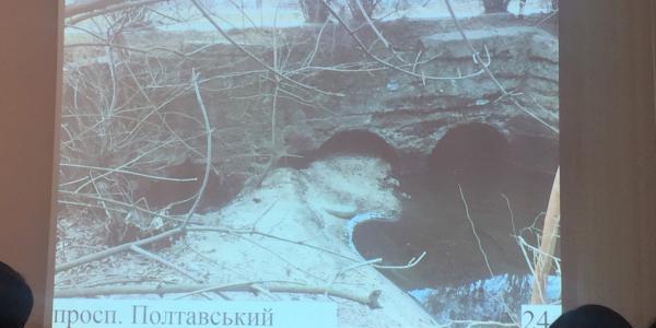 Из трёх труб - функционирует только одна: ситуация на проспекте Полтавском уже критическая
