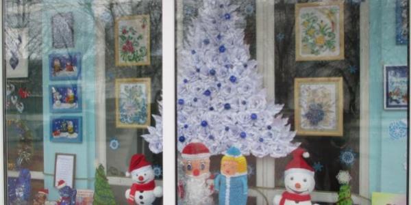 В детской библиотеке Кременчуга установили новогоднюю елочку, собранную из бумажных роз