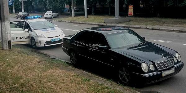 Свідоцтво про реєстрацію автомобіля та номерне позначення кузова мали ознаки підробки.