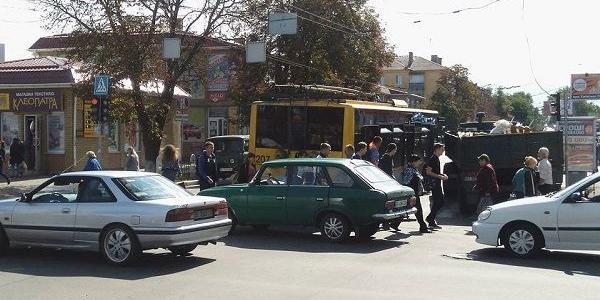 Увага! Ускладнено рух в центрі міста на перехресті вулиць Першотравневої та Небесної Сотні