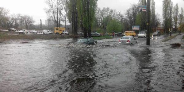 На Реевке машины, словно корабли, плавают по дороге