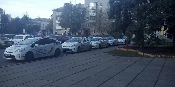 В мерії Кременчука сьогодні дуже гаряче: до міськради приїхало багато поліції